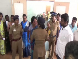 22-08-16 Karur Greevance Day officers mirattal in Public News photo 02